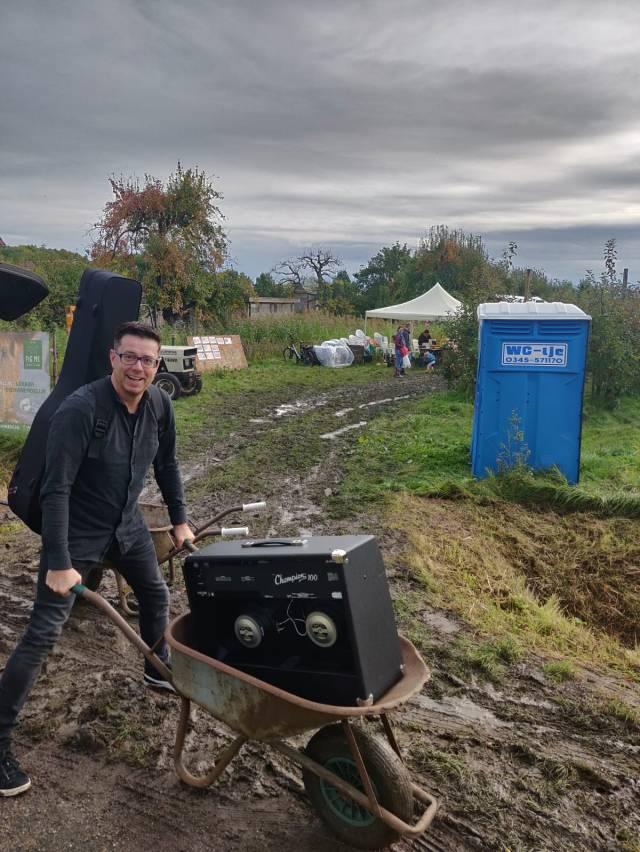 Met een kruiwagen door de modder - 1